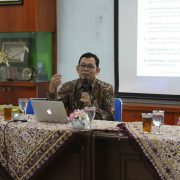 Dr.-Ing. Ilya Fadjar Maharika dalam penyampaiannya di FGD Prodi PAI. (Mufti)