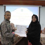 Penyerahan Piagam Penghargaan Kepada Nadia Nuril Ferdaus yang memperoleh IPK tertinggi FIAI 3,95. (Rizal)