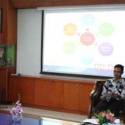Dr. Rahmani Timorita Yulianti, M.Ag memaparkan tiga poin strategi mengembangkan FIAI.